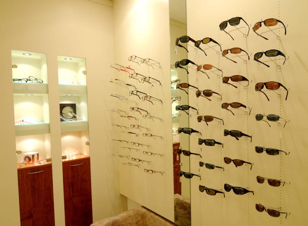Foto Ottica Manzoli parete occhiali da sole da vista